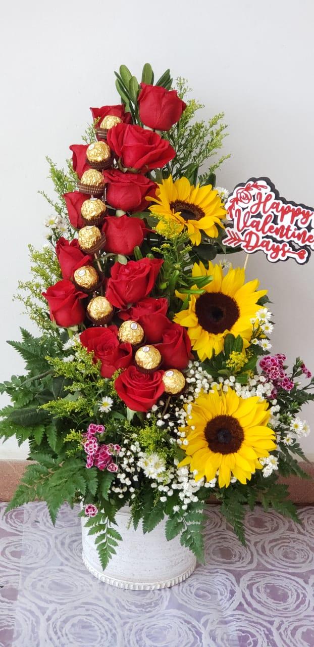 A16 Arreglo Floral Rosas Y Girasoles Chocolates Y Rotulo