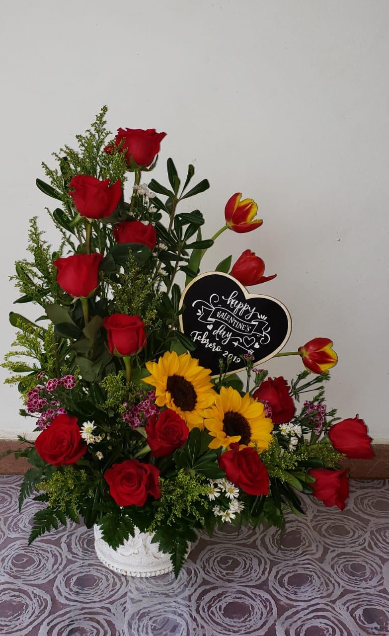 A21 Arreglo Floral Rosas Tulipanes Y Girasoles Con Pizarrita Valentines